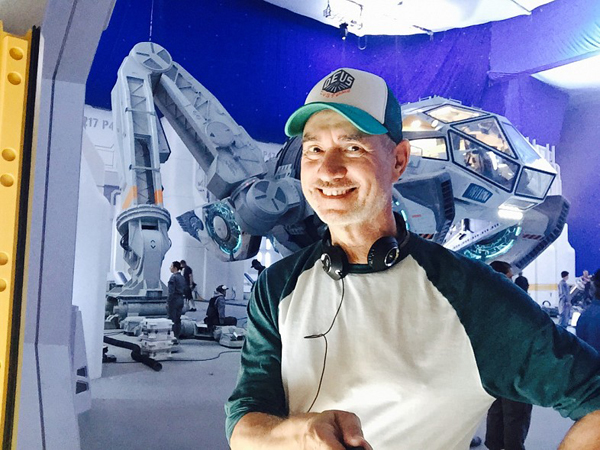 Director Roland Emmerich on the set of INDEPENDENCE DAY: RESURGENCE.