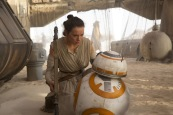 Rey (Daisy Ridley) & BB-8..Ph: David James..? 2015 Lucasfilm Ltd. & TM. All Right Reserved.